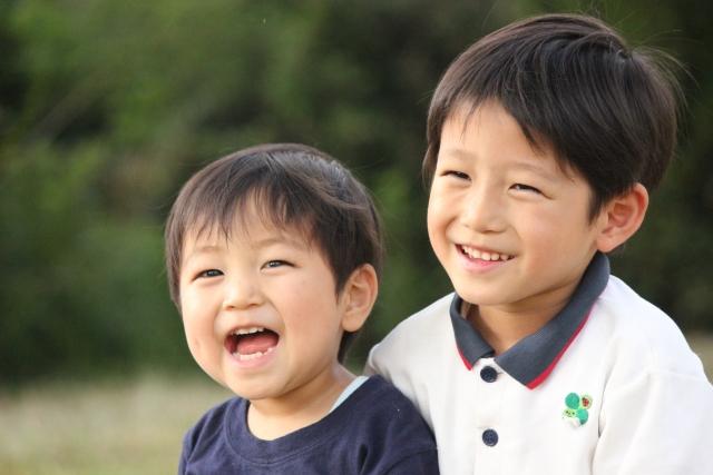 笑顔で笑う幼い男の子兄弟