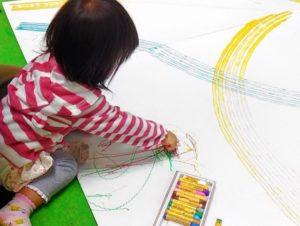 お絵描きする子ども