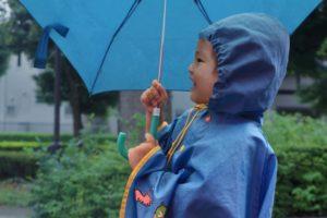 レインコートに傘の男の子