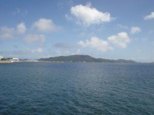 海の遠くに島が見える風景