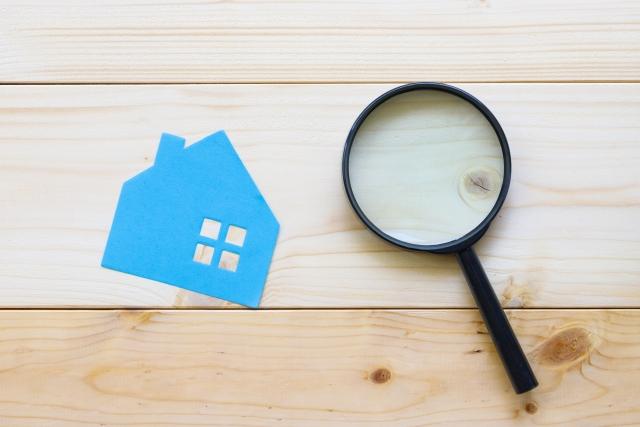 青い紙の家と虫眼鏡