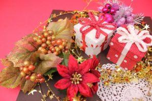 ヒイラギとポインセチアとプレゼント