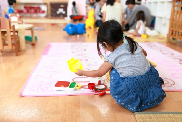 幼稚園で遊ぶ女の子
