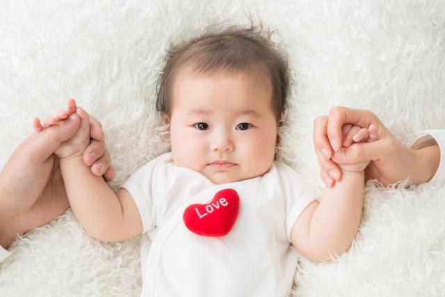 両親と手を繋ぐ赤ちゃん