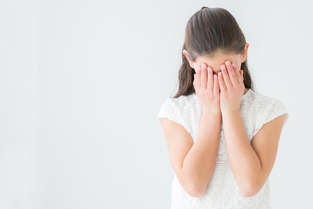 顔を隠す少女