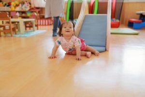 保育所で遊ぶ子供